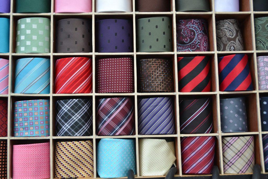 ici on peut voir l'image de plusieur cravates qui est une analogie à la tenue vestimentaire et qui montrent clairement à quelle point l'être humain cherche à avoir une bonne communication non verbale