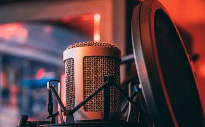 l'image d'un microphone pour faire une analogie avec la voix .